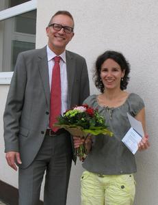 Christian Schrader, Niederlassungsleiter der TÜV SÜD Akademie Freiburg, überreicht Yasmin Mack einen Seminargutschein im Wert von 500 Euro. Foto: TÜV SÜD