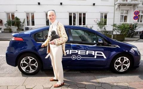 Dr. Jane Goodall, weltbekannte Primatenforscherin und UN-Friedensbotschafterin, nutzte während ihres Aufenthalts in Hamburg den Opel Ampera zur emissionsfreien Fortbewegung