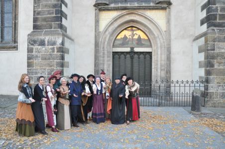 Gewandete Stadtführer vor der Thesentür. Copyright: Tourist-Information Lutherstadt Wittenberg