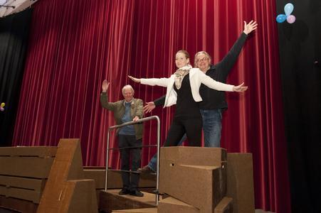 Titanic-Szene auf der Bühne der R.-St.-Schule von links Hans-Jürgen Herrmann, Kirsten Mirgel und Reimund Sieper