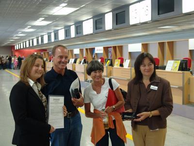 Katja Zarbock (links) und Elke Fleig (rechts) beglückwünschen Frau Christine Gramlich und Herrn Heimfried Gramlich als 1.5 Millionsten Ryanair-Passagier