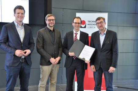 Projektpartner und Fördermittelgeber, v.l.: J. Heitmann, König Pfahlgründung; St. Sievers, EKSH;  J. Lüking, THL und F. Schwartze, VP THL (Foto: Technische Hochschule Lübeck)