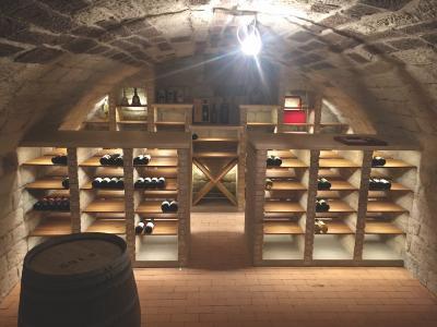 Sandsteingewölbe nach Sanierung und Ausbau zum Weinkeller