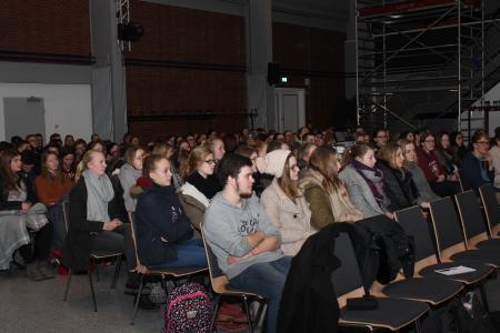 So spannend kann Recht sein: Die Schülerinnen und Schüler der Jahrgangsstufe 11 hören interessiert dem Vortrag des Rechts-Professors zu