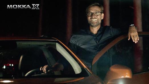 Jürgen Klopp am Set: Die Nacht wird zum Tag – dank der AFL LED-Scheinwerfer des Opel MOKKA X