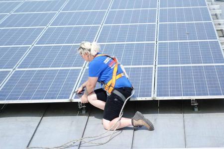 Immer öfter entscheiden sich auch Mädchen für die Ausbildung im Dachdeckerhandwerk