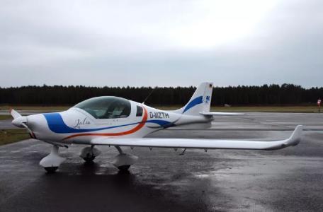 """Das Ultraleichtflugzeug """"JULIA"""" im schmucken TH-Design"""