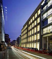 Nachtsicht auf die Fassade zur Rosenthaler Straße