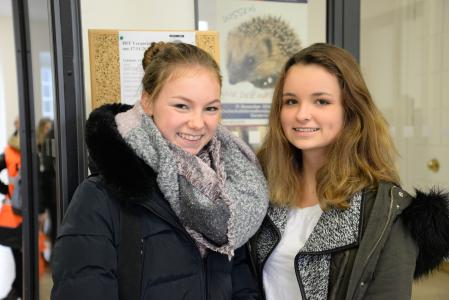 Die Schülerinnen Neela Lindemann und Annalena Schwetlick (v.l.) nutzen den Hochschulinformationstag, um einen Überblick über das Studienangebot zu bekommen