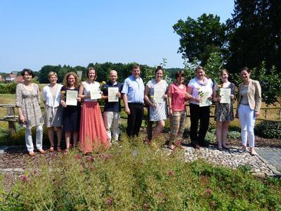 Die Preisträgerinnen und Preisträger freuen sich mit ihren jeweiligen Betreuern und den beiden Juroren, Dr. Sabine Schopp (1. von rechts) und Prof. Dr. Dorothee Straka (1. von links) über die Auszeichnungen