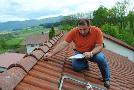 Auch kleine Mängel des Daches werden bei der regelmäßigen Dach-Wartung aufgespürt, bevor  kapitale Dachschäden daraus werden, die trotz Gebäudeversicherung teilweise selbst zu zahlen sind.