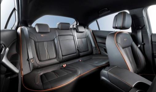 """Zum Modelljahr 2012 präsentiert sich der Insignia auf Wunsch mit der Premium-Nappaleder-Ausstattung """"Indian Night"""", die sich durch eine Kombination hochwertigen schwarzen Leders mit abgesetzten Nähten  in einem eleganten Cognac-Ton auszeichnet"""