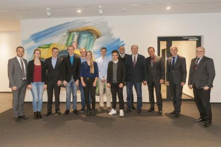 Die sieben besten Studentinnen und Studenten der Fahrzeugtechnik und des Maschinenbaus an der Hochschule Osnabrück freuten sich zusammen mit ihren Förderern und Professoren über die Auszeichnung mit den Krone-Stipendien. (Foto: Dr. Bernard Krone Stiftung)