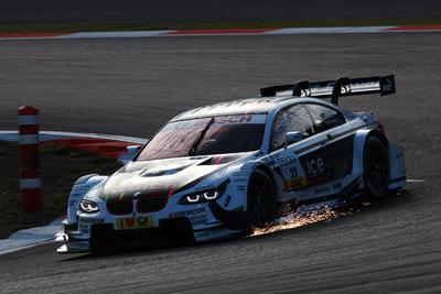 Zwei bmw m3 dtm in der ersten reihe farfus holt auf dem nürburgring