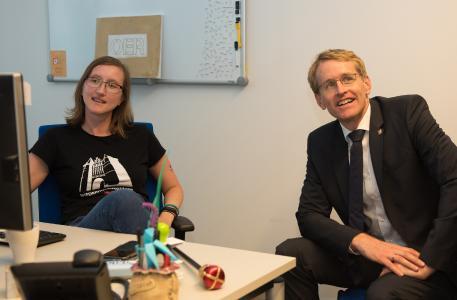 MP S.-H. Daniel Günther mit oncampus-Mitarbeiterin Anja Lorenz / Foto: G. Huber