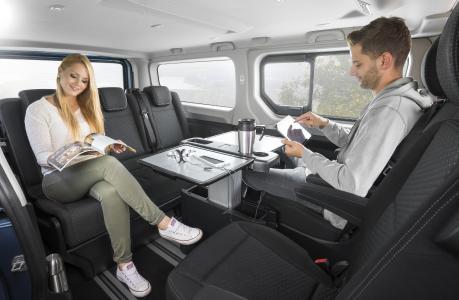 Für Freizeit und Arbeit: Serienmäßig um 360 Grad drehbare Einzelsitze in der zweiten Reihe ermöglichen eine unterhaltsame Vis-à-vis-Sitzanordnung für die Passagiere des neuen Opel Vivaro Life
