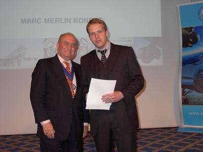 Ausgezeichnet: Präsident der renommierten Royal Aeronautical Society David Marshall überreichte die Rowe-Medaille an den Osnabrücker Studenten Marc Konrad (v.l.n.r.).