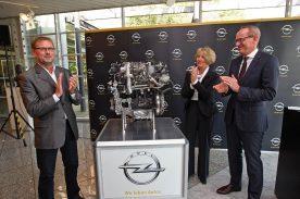 Applaus: Die Opel-Verantwortlichen freuen sich über die Investition in die neue Motoren- und die Komponentenfertigung. Von links: Betriebsratsvorsitzender von Kaiserslautern Lothar Sorger, Werksleiterin Elvira Tölkes und Opel-Vorstandsvorsitzender Karl-Thomas Neumann