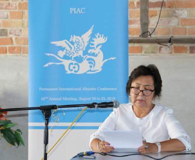 Am Mikrofon Referentin Nurila Shaimerdinova