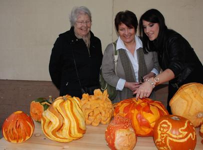 Alessia Bonadonna führte ihre Mutter Anke und Großmutter Sigrid Beyer durch die Ausstellung. Die Studentin hatte aus ihrem Kürbis einen Buddha-Kopf geschnitzt