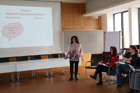 Referentin Petra Zentgraf stellt die Frage nach Alternativen: Wer sagt denn, dass ich alles alleine schaffen muss? Foto: Gaby Richter