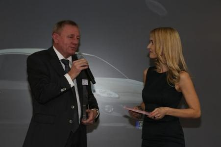 Good explanation: Peter Christian Küspert (middle), Vice President Sales & Aftersales Opel Group, explains the successful concept behind the ADAM based on emotional design, diverse individualization possibilities and outstanding quality to presenter Petra Bindel