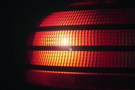 Mit dem WAECO MagicSafe ABL 100 werden bei einem Not- oder Panikbremsmanöver alle drei Bremsleuchten des Fahrzeugs in eine schnell blinkende Frequenz versetzt.