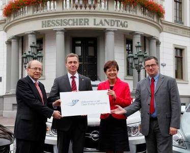 Die Adam Opel AG unterstützt den Beitritt des Landes Hessen zur Clean Energy Partnership (CEP) und Hessens Bewerbung als Schaufensterregionen für Elektromobilität. Dies wurde heute bei einer Pressekonferenz in der Staatskanzlei in Wiesbaden bekannt gegeben