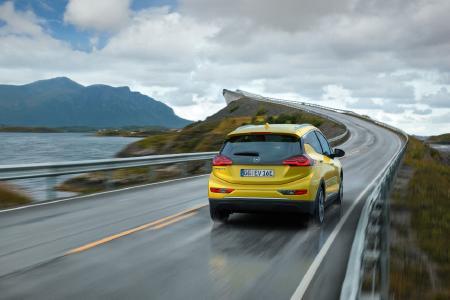 Opel Ampera-e: Der Reichweiten-Champion / Sprinter: Der Opel Ampera-e beschleunigt von null auf Tempo 50 in nur 3,2 Sekunden