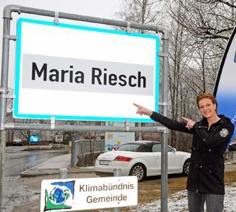 TVB Hochkönig: Maria Riesch vor dem neuen Ortsschild
