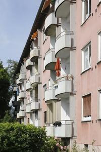 Frankfurt-Dornbusch, Ziegenhainer Straße: In den Mehrgeschossgebäuden aus den 1950er Jahren haben sogar Generaldirektoren mit ihren Familien gewohnt. Doch das Gesicht des Stadtteils hat sich mit der Zeit verändert  (Foto: Caparol Farben Lacke Bautenschutz/Claus Graubner)