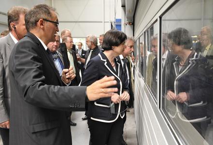 Winkhaus Werksleiter Thomas Streit (links) erläutert der Ministerpräsidentin Christine Lieberknecht die neuen Stanzautomaten für Langteile zur Produktion von Winkhaus Sicherheits-Tür-Verriegelungen