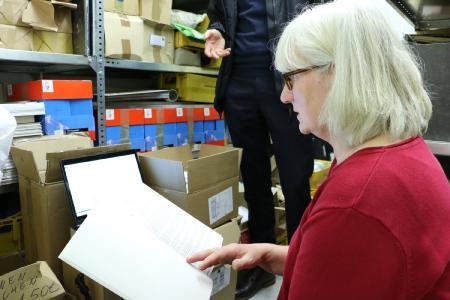 Priska Walper, Diplom-Bibliothekarin beim Interkommunalen Kreisarchiv, arbeitet sich durch die Registratur der Kreisverwaltung in Lauterbach: Sie sichtet das Material und erfasst es; später wird in Hersfeld darüber entschieden, was davon für das Archiv von Bedeutung ist und entsprechend aufbereitet wird