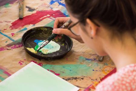 Kreatives Arbeiten waehrend eines Workshops der Abteilung Bildung und Vermittlung