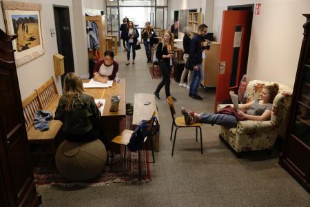 Die Flure am Walddörfer-Gymnasium in Hamburg fördern das Selbstbestimmte Lernen. Foto: Frank Mehnert/Walddörfer Gymnasium