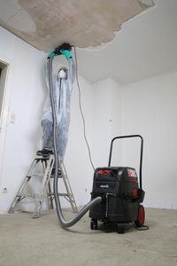 Die iPulse-Sauger ARH-1435 EW Asbest im Einsatz bei Sanierungsarbeiten / Foto: Starmix/ELECTROSTAR GmbH