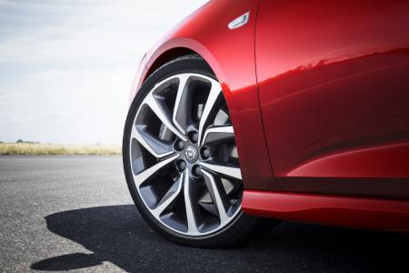 Absoluter Eyecatcher: Der neue Opel Insignia GSi Sports Tourer ist scharf bis ins Detail – das zeigen auch die attraktiv gestalteten 20-Zöller
