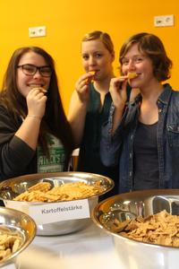 """Das Team """"Waffel"""" (v.l.): Nathalie Buermann aus Schottland, Sonja Lehmann und Gunda Marl aus Osnabrück mit Kostproben ihrer veganen Eiswaffeln"""