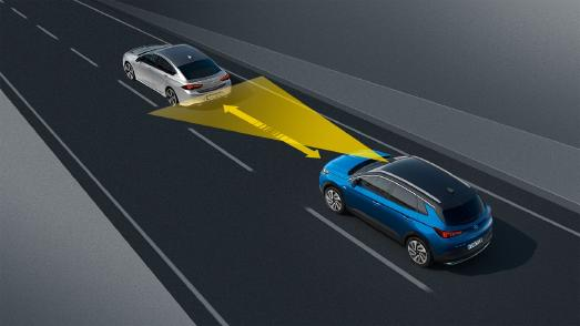 Mit Sicherheitsabstand folgen: Der automatische Geschwindigkeitsassistent mit Stopp-Funktion achtet darauf, dass der Opel Grandland X bei wechselnden Geschwindigkeiten des Vorausfahrenden den Abstand hält