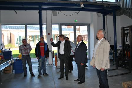 Mit Stolz erklärt Frank Gillert (Bildmitte) die technischen Raffinessen im Intralogistiklabor