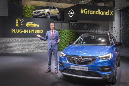 Opel-Jahresrückblick 2017: Premiere: Opel CEO Michael Lohscheller kündigt den Grandland X auf der IAA in Frankfurt als künftig erstes Plug-in-Hybrid-Modell von Opel an