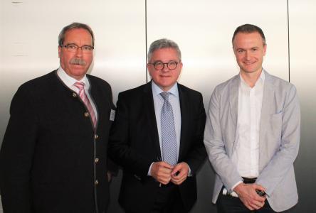 (von links): Wolfgang Schütz, Geschäftsführer Tourismusgemeinschaft Mythos Schwäbische Alb, Tourismusminister Guido Wolf, Louis Schumann, Geschäftsführer Schwäbische Alb Tourismus