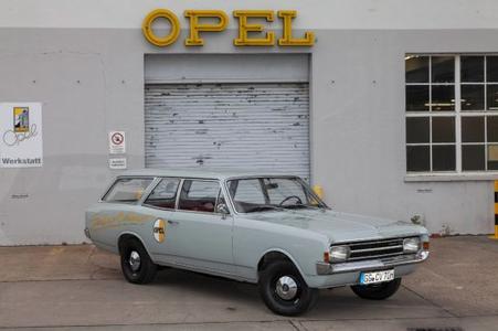Startnummer 81: Der Opel Rekord C Caravan von 1970 mit Tourenwagenstar Jockel Winkelhock am Steuer