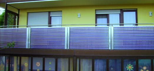 Voll-Vakuumröhrenkollektoren von AkoTec an der Balkonbrüstung installiert.