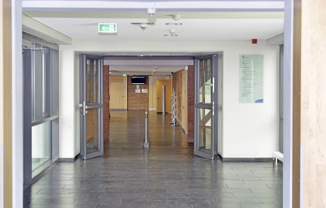 Leere Flure kennzeichnen das Leben an der Hochschule in Zeiten der Pandemie. Foto / Uwe Feuerbach