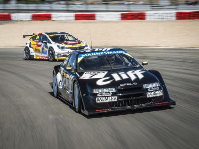 Faszination Tourenwagen beim Oldtimer Grand Prix: der 1996er Cliff Calibra und der 2016er Astra TCR duellieren sich auf dem Nürburgring