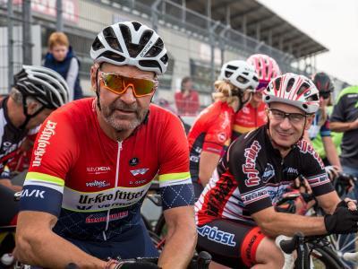 Lizensierte Radsportler, die am 22. Radkriterium teilnahmen