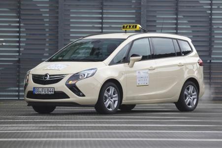 """Der Opel Zafira Tourer ist auch das ideale Taxi. Bei der Wahl zum """"Taxi des Jahres 2013"""" holt sich der elegante und geräumige Opel-Kompaktvan in gleich zwei Bewertungskriterien den Sieger-Pokal"""