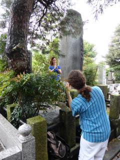 Ein Foto von sich vor der Gedenkstele Mikao Usuis in Tōkyō ist für viele Reiki-Praktizierende eine besonders wertvolle Erinnerung an die Reise.