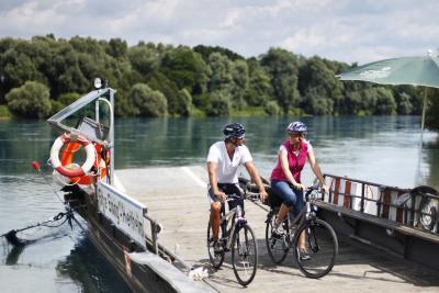 Mit der Fähre gelangen Radler über die Donau bei Eining. ©Tourist-Information Bad Gögging